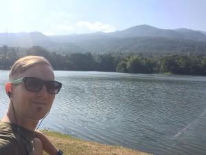 Hengailemassa kampusalueen järvellä